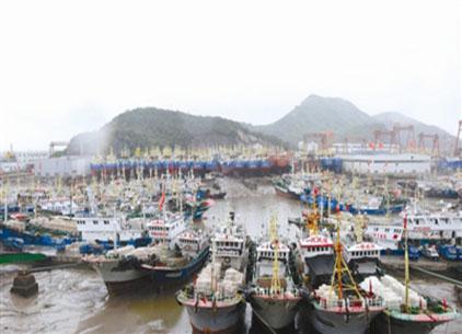 漁船入港避颱風